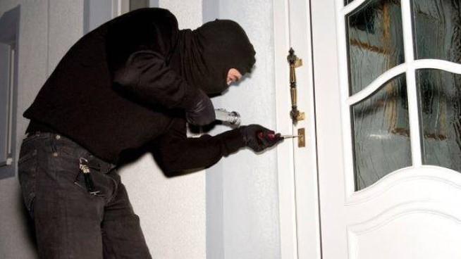 ladro-scassina-porta